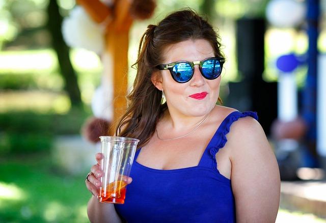מישהי שכן הוזמנה למסיבת קוקטייל באחת מהשגרירויות הרבות שברובע פראג 6