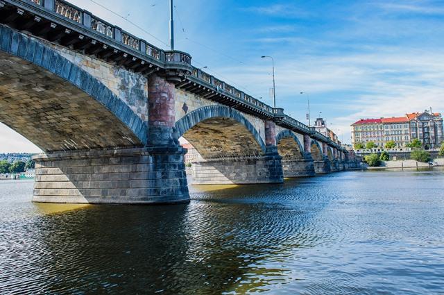 אחד מ-17 הגשרים על נהר הולטובה בפראג