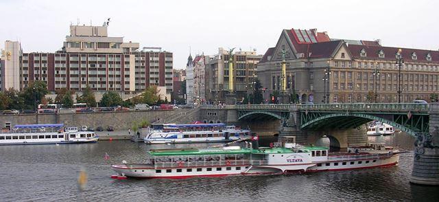 יוצאים לדרך מרציף 5 בגשר Čech על גדות הולטובה בפראג