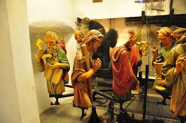 פסלי השליחים בשעון האסטרונומי מתכוננים לפעולה