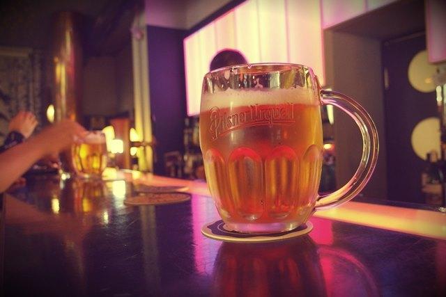 טועמים בירה פילזנר בסיור טעימות הבירה
