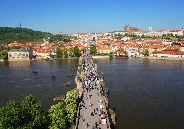 ללכת עם זרם התיירים בפראג