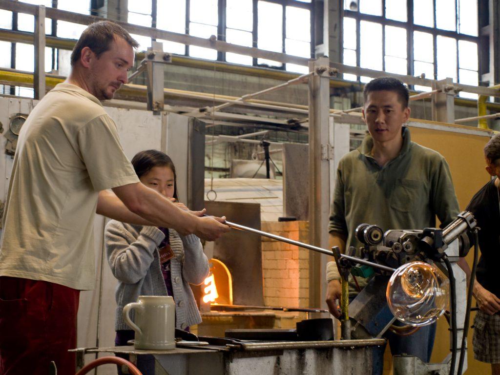 הדגמת ניפוח זכוכית בשיטה מסורתית במפעל Moser בקארלובי וארי