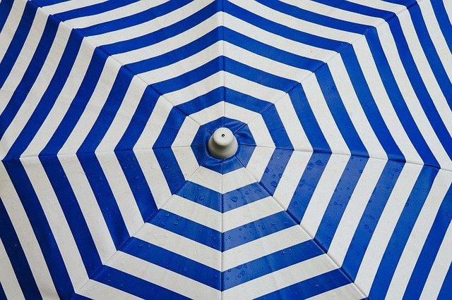 זה מה שאתם צריכים לחפש - מטריה בצבעים כחול ולבן