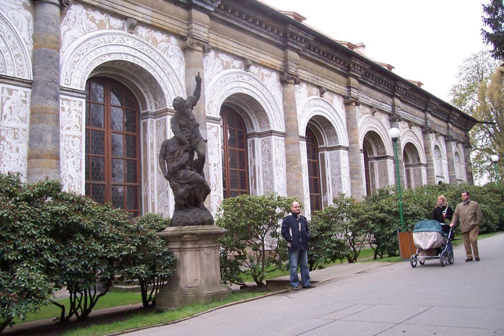 פסל הלילה בחזית אולם משחקי הכדור בפראג