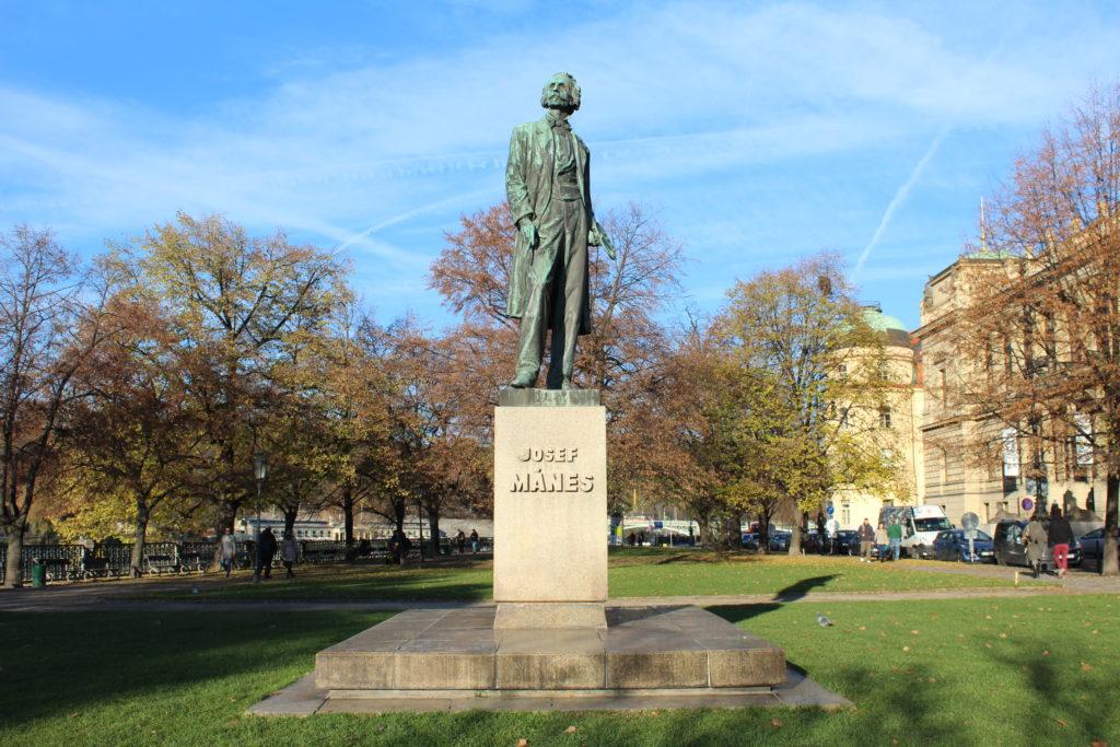 פסלו של Josef Mánes ברובע פראג 8